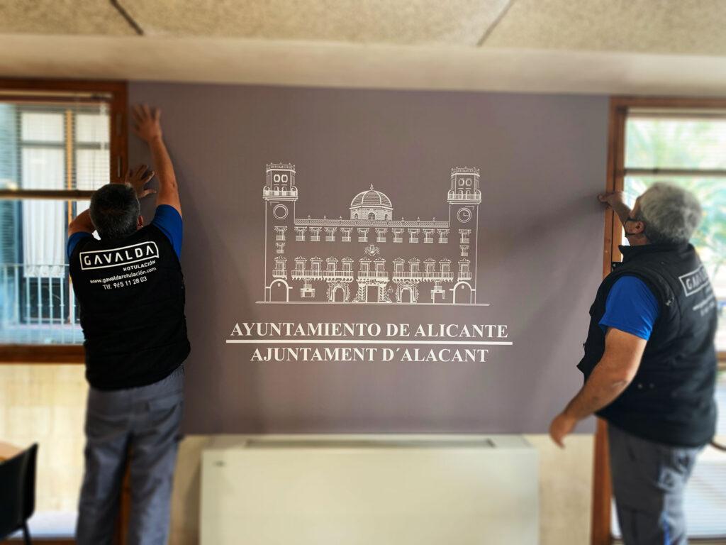 Instalando en la sala de Prensa del Ayuntamiento de Alicante